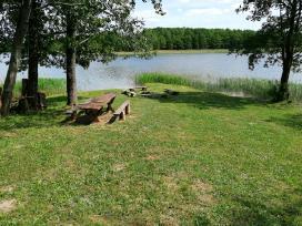 Poilsis prie ežero su palapinėmis
