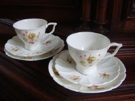 Porcelianiniai kavos puodeliai su lėkštutėmis