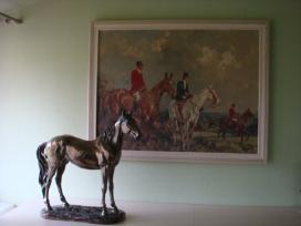 Žirgo / arklio statula ir gobeleno paveikslas