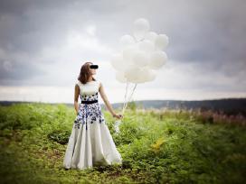 Parduodu proginę suknelę, balta su mėlynom gėlėm