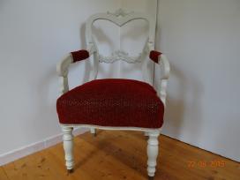 Senoviniai krėslai ir kėdės.