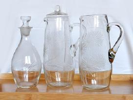 Stiklinis raižytas ąsotis ir stiklo grafinas